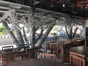 不鏽鋼永生樹下的餐座